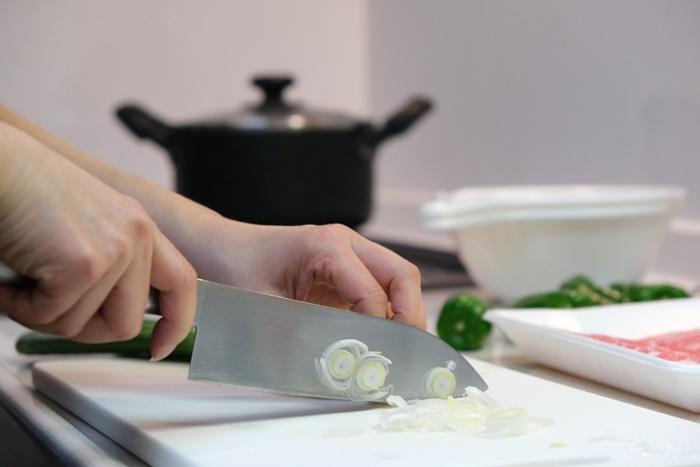 野菜を切っている人