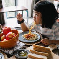 パスタを食べている女の子