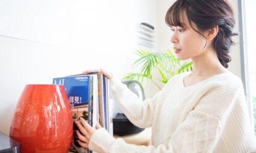 本の整理をしている女性