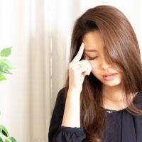 頭痛がしている若い女性