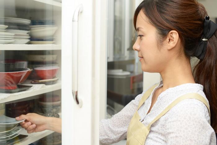 食器を片付けている女性