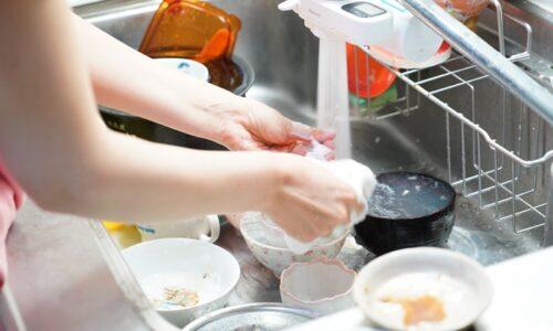 食器を洗う手