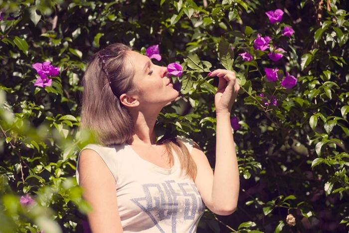 花の香りをかいでいる人