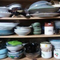 食器でいっぱいの食器棚
