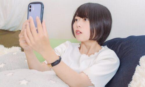 スマホを見ている若い女性