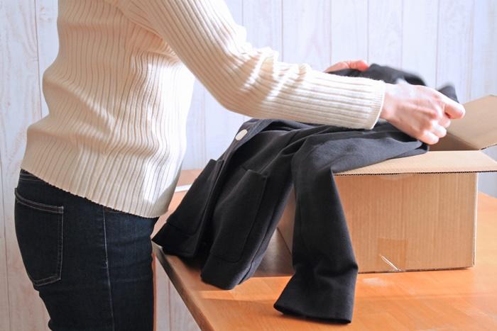 箱から服を取り出しているところ