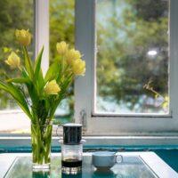 窓際の花瓶