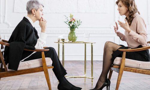 話し合いをしている女性