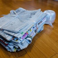 新聞紙の束