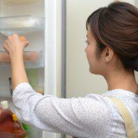 冷蔵庫から卵を取り出す