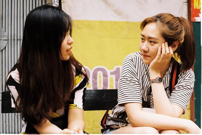 会話をしている若い女性