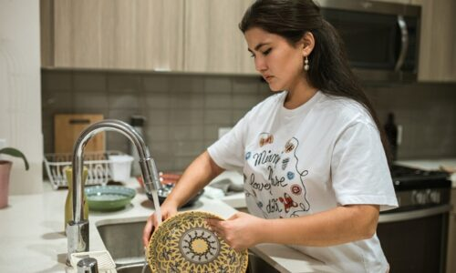 お皿を洗っている女性