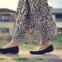 スカートをはいた女性の足元